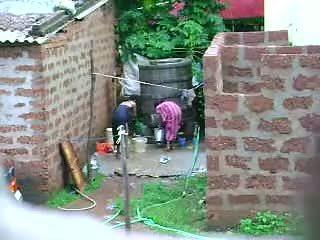 Glejte to two vroče sri lankan lady getting bath v zunaj