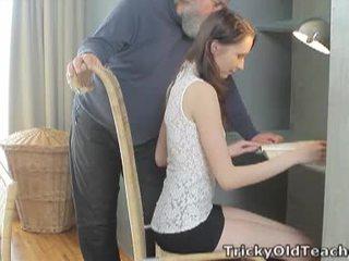 Tricky 老 老師: 幸運 老 老師 fucks 她的 甜 屄 硬.