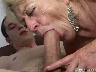 Vecmāmiņa un puika enjoying grūti sekss