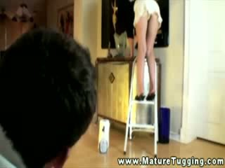 清洁的 家庭主妇 上 ladder gives peek