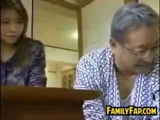 Asiatic pas fiică cu the vechi om