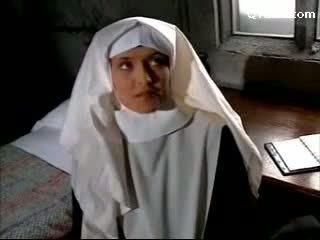 Abbess v sexy dámské spodní prádlo svižný jeptiška getting ji kočička licked licking na the lůžko