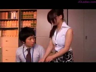 Busty kancelář dáma s brýle getting ji kozičky rubbed nippl