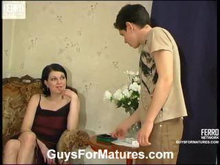 Flora と timothy 見事な ママ onto ビデオ