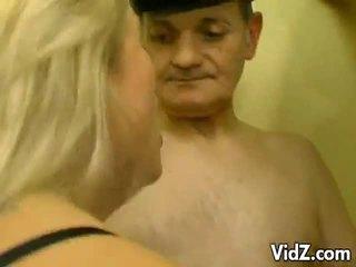 Blond děvka v an orgie na papas