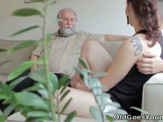 Ilona と 彼女の 男 are sharing a 良い 時間 いつ 彼 invites 彼の 古い 友人 以上