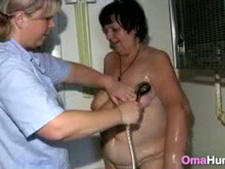 Babcia showered przez lesbijskie pielęgniarka