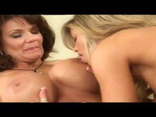 Two fumare caldi matura lesbica babes insieme in letto