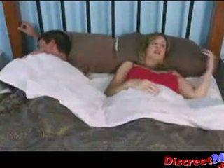 Puika un māte uz the viesnīca istaba