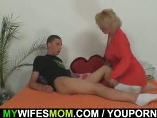 Mother-in-law fucks henne son i lag