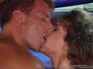 Rocco taking having zkurvenej sleaze dívka onto a kaluž tabke a gives cumload
