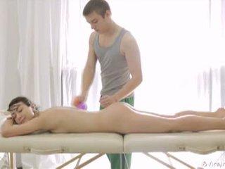 18 virgin sekss: krāšņa brunete pusaudze gets massaged un fucked