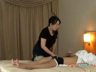 成熟した 女性 massaging guy giving 手コキ getting 彼女の ティッツ rubbed 上の ザ· ベッド