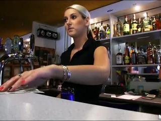 Édes bartender lenka szar alatt munka