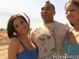 Two টাইট পাছা brunettes সঙ্গে সুন্দর পাছা ভাগাভাগি এক অতিকায় বাড়া