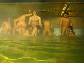 Piss: orgia -ban a medence és szauna