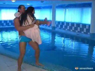 Baszás által a medence