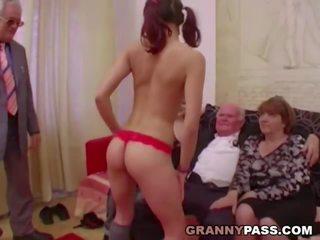 Trẻ cô gái dance vì ông nội trước hút của anh ấy con gà trống: khiêu dâm 9d