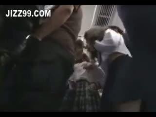 Schattig schoolmeisje geneukt door geek op trein 01