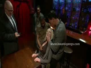 Blondie forțat pentru la dracu bar mates în adanc dur gură la dracu și grup anal sex