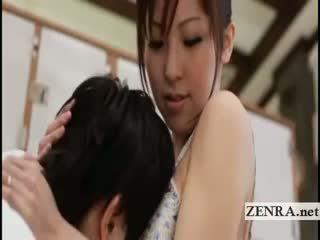 Uly emjekli ýapon sultress harumi asano has süýji emjekler suckled