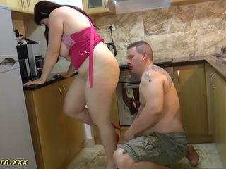 Tettona bella e grassa (bbw) matrigna gives sega coi piedi, gratis hd porno 32
