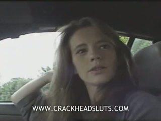 Insane crackhead công khai blowjob trong một xe hơi