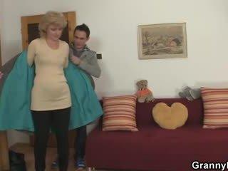 On bringing ji domácí na čerpadlo ji nezbedný kočička