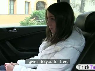 Mignonne russe touriste nana agrees à pipe la taxi driver