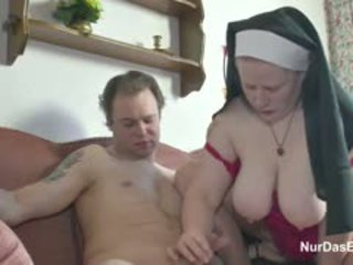 Tyska ung pojke förför grannyen nuns till fan honom