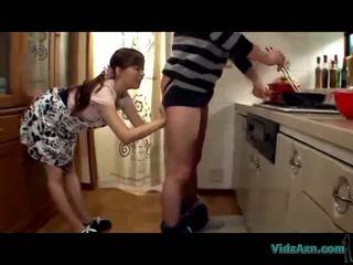 Азиатки момиче licking guy задник giving духане изпразване към уста в на кухня