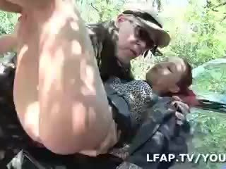 Sodomisee par deux mecs sur le bord de la מסלול