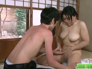 Japanilainen kypsyy: japanilainen läkkäämpi vauva kanssa hänen nuori luiseva lover.