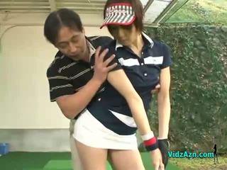 Snella asiatico giovanissima enjoys succhiare suo golf instuctors cazzo