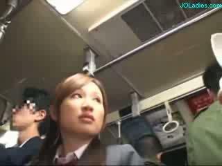 Biuro pani getting jej włochate cipka fingered podczas standing na the autobus