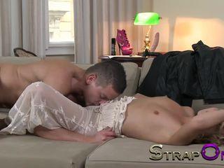 dupla penetração, brinquedos sexuais, strapon