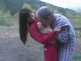 Asijské dívka getting ji kočička licked a fucked podle starý člověk připojenými opčními na prdel venkovní na