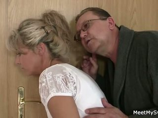 On leaves a starý parents seduces jeho yummy gf