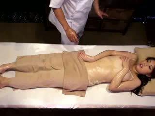 Kolledž gyz reluctant orgazm by masseur