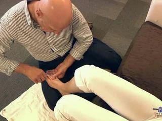Tua orang mengisap jari kaki dan hubungan intim remaja cutie