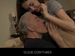 Teeny nana having anal sexe avec vieux guy