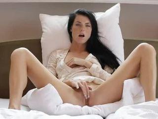 E ëmbël vajzë margot masturbates të saj pidh