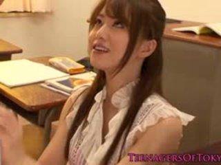 Japans cougar leraar geneukt door haar student