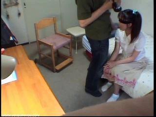 Innocent leszopás lány gets elélvezés -ban száj