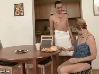 Heiß großmutter enjoys sex mit ein junge
