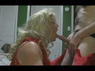 Blondine crossdresser blows groot lul hard