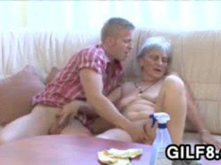 I vjetër duke pastruar zonjë gets fucked nga një i ri guy