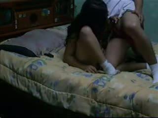 Seks porno & ligi meelitama tume haired fucks tema bf sisse tema ühiselamu