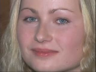 Blondin flicka does henne gjutning porr i den dusch video-
