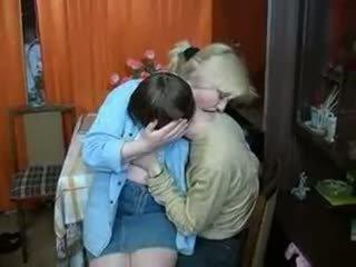 Krievi māte un puika having a dzēriens